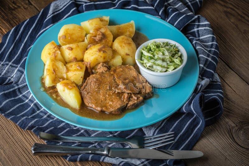 Braised мясо в соусе служило с кипеть картошками стоковое изображение rf