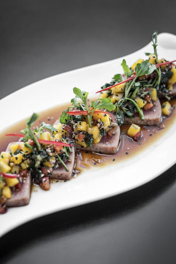 Braised тунец и салат пряного сплавливания манго современного азиатского изысканный стоковая фотография