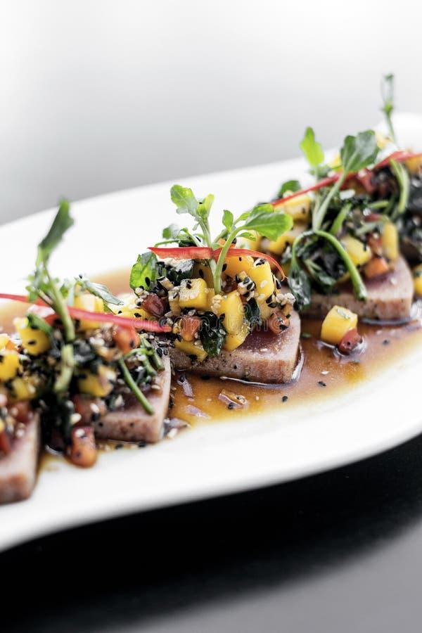 Braised тунец и салат пряного сплавливания манго современного азиатского изысканный стоковые изображения