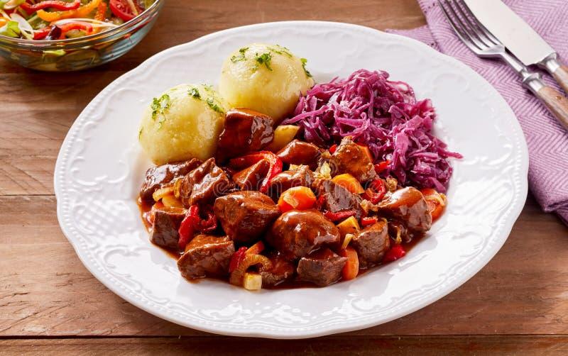 Braised фиолетовая капуста и кипеть картошка стоковое изображение
