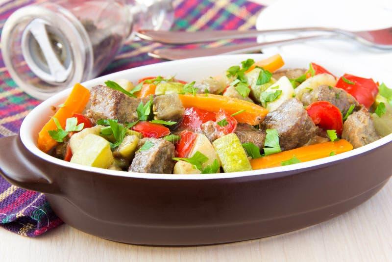 Braised mięsny gulasz z wołowiną i warzywami w garnku obraz stock