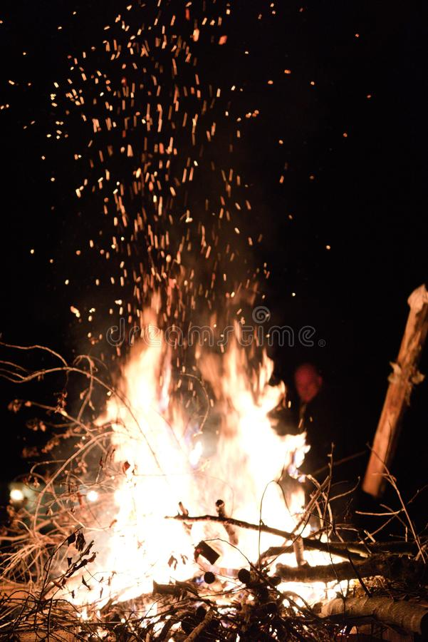 Braises de feu en air images libres de droits