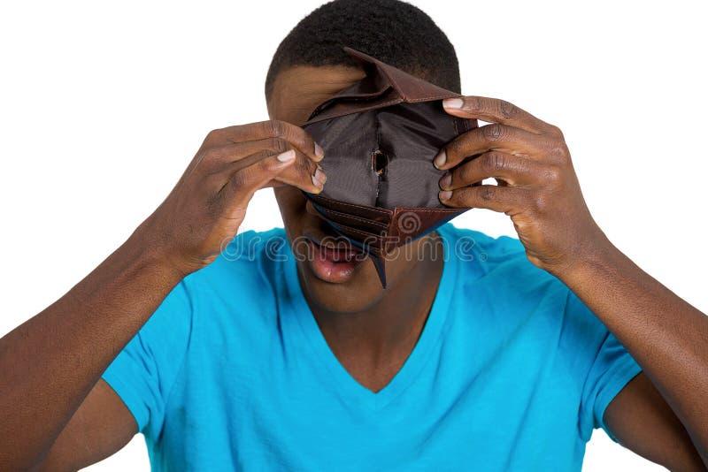 Brak de jonge mens die lege portefeuille tonen stock afbeelding