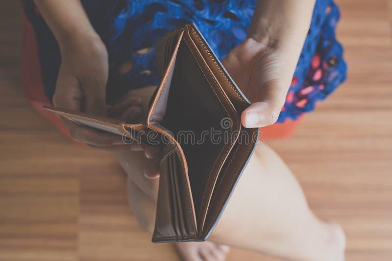 Brak vrouwenhand houdend Lege portefeuille, Geen geld royalty-vrije stock afbeeldingen