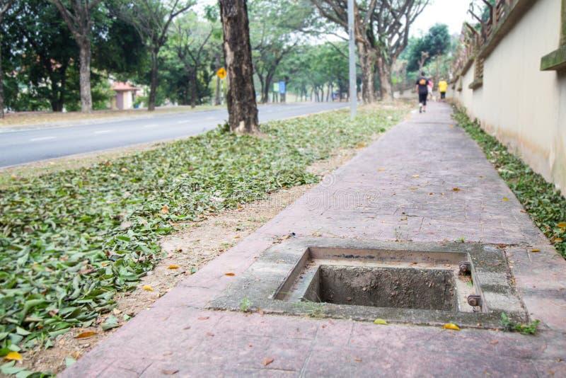 Brakująca manhole pokrywa po środku przejścia jest niebezpieczna obrazy stock