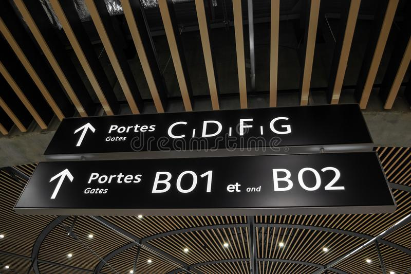 Bram portes i strzała znaki wśrodku Śmiertelnie 1 przy Lion Exupery Świątobliwym lotniskiem międzynarodowym, Francja obrazy royalty free