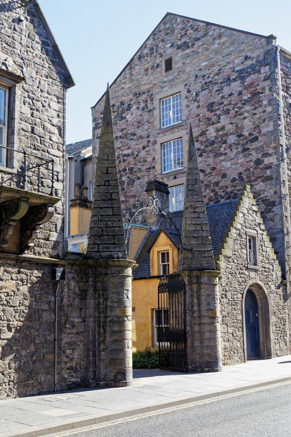 Brama i stary dom na ulicy Royal Mile High - Edynburg, Szkocja zdjęcia stock