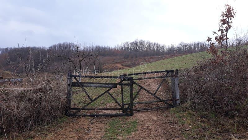 Brama na polu w wiosce obrazy stock