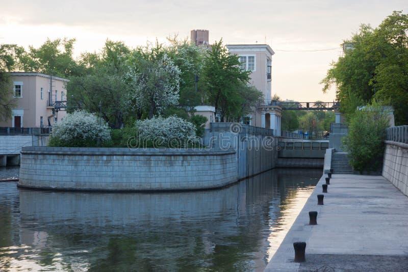Brama na rzece w wiośnie obraz royalty free