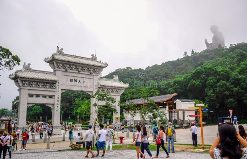 Brama Po Lin monaster z Tian dębnika Buddha statuą up na wzgórzu w Ngong śwista wiosce, Lantau Islan zdjęcia stock