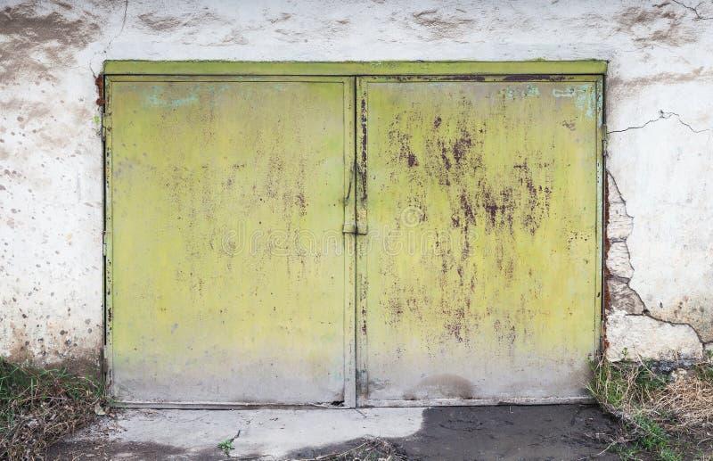 Brama w bielu betonu garażu ścianie obrazy stock