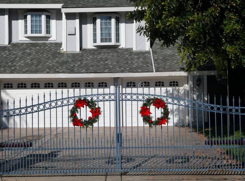 Brama z dekoracjami świątecznymi zdjęcie royalty free