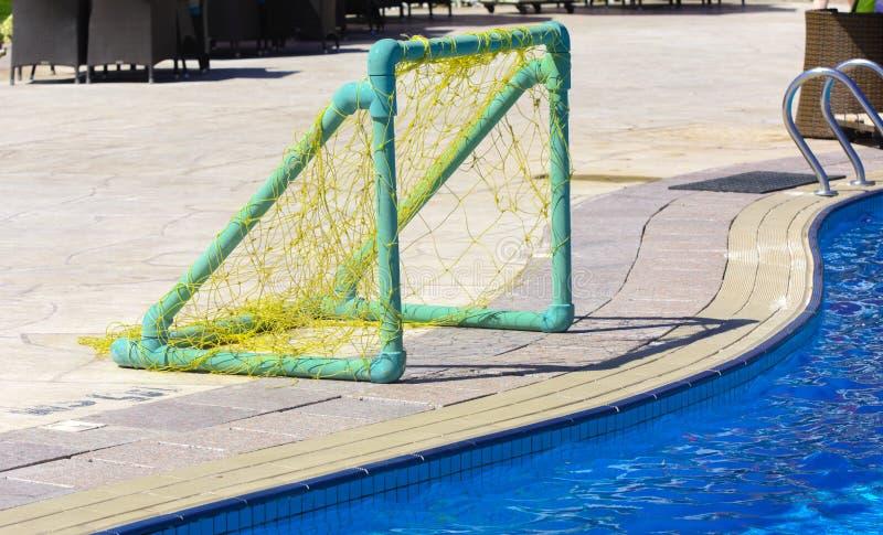 Brama z siatką dla bawić się wodnego polo z piłką na krawędzi basenu obraz stock