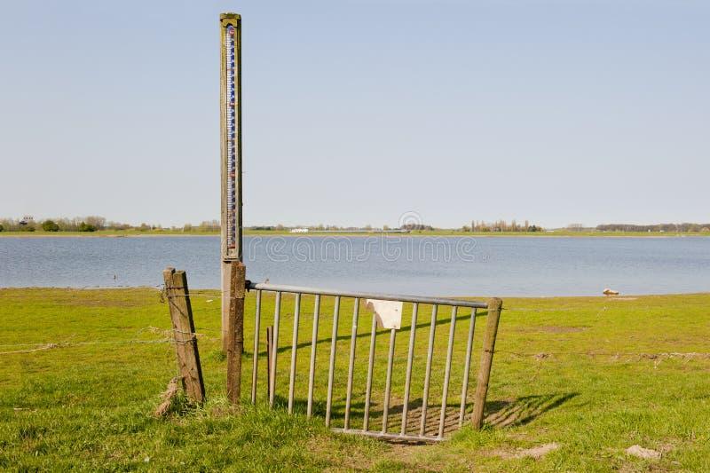 Brama z skala poziom wody w floodplain IJssel N zdjęcia stock