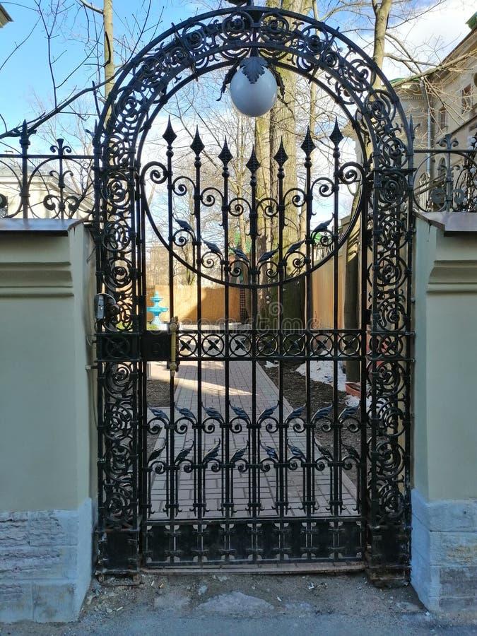 Brama z wzorem przy wejściem jard fotografia royalty free