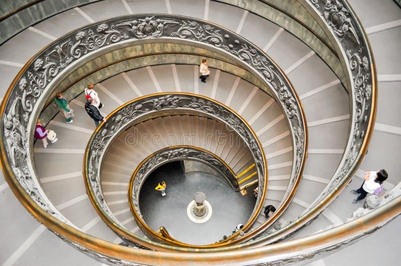 Bramante Staircase Scale Di Bramante in het museum van Vatikaan stock afbeeldingen