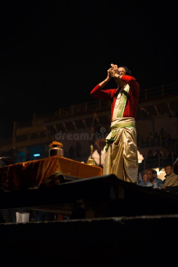 Braminu Księdza Podmuchowa Koncha Puja Varanasi Ghat fotografia stock