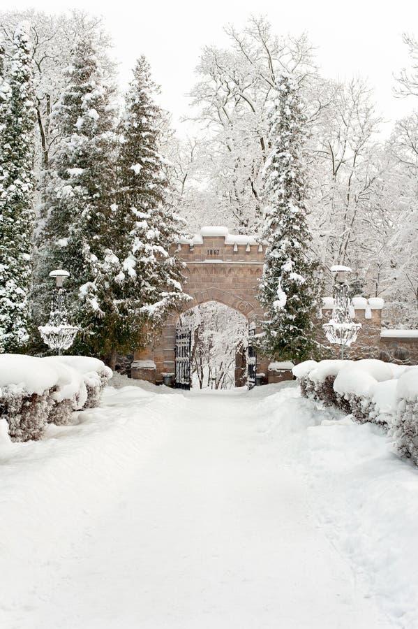 Bramy pałac królewski w Sigulda zakrywali z zima śniegiem obraz stock
