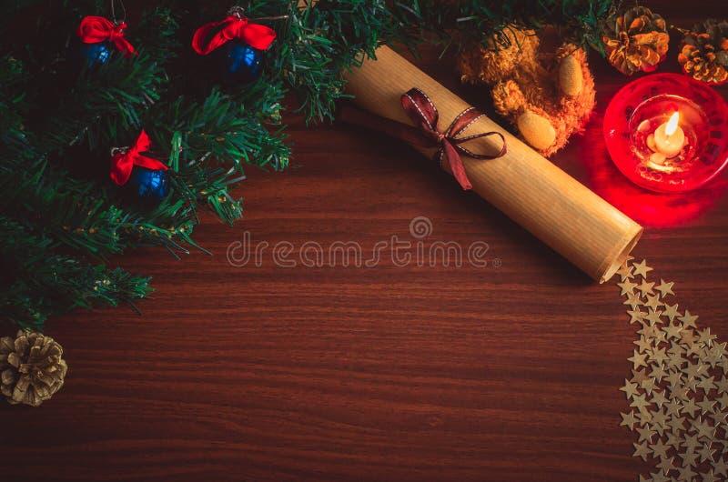 Branche d'arbre de Noël avec les boules bleues, une lettre avec un ruban, un jouet d'ours, confettis d'étoile, un cône sur la vue photo libre de droits