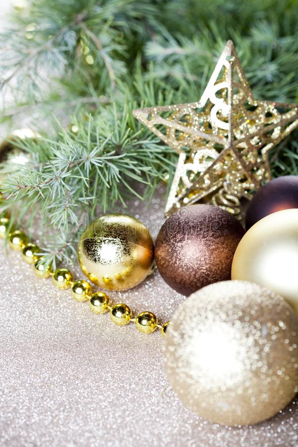 Branche d'arbre de sapin de Noël, étoile d'or, boules brunes photo stock