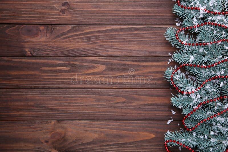 Branche de sapin avec des perles sur le fond brun photo stock