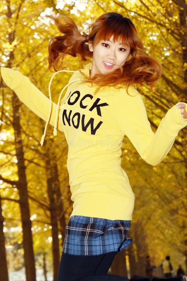 brancher heureux de fille d'automne photo stock
