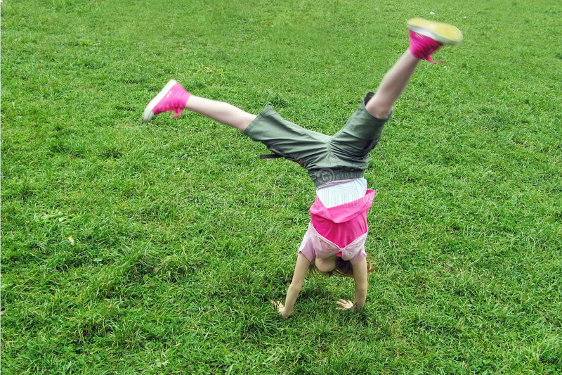 Brancher heureux de fille de gymnastique images libres de droits