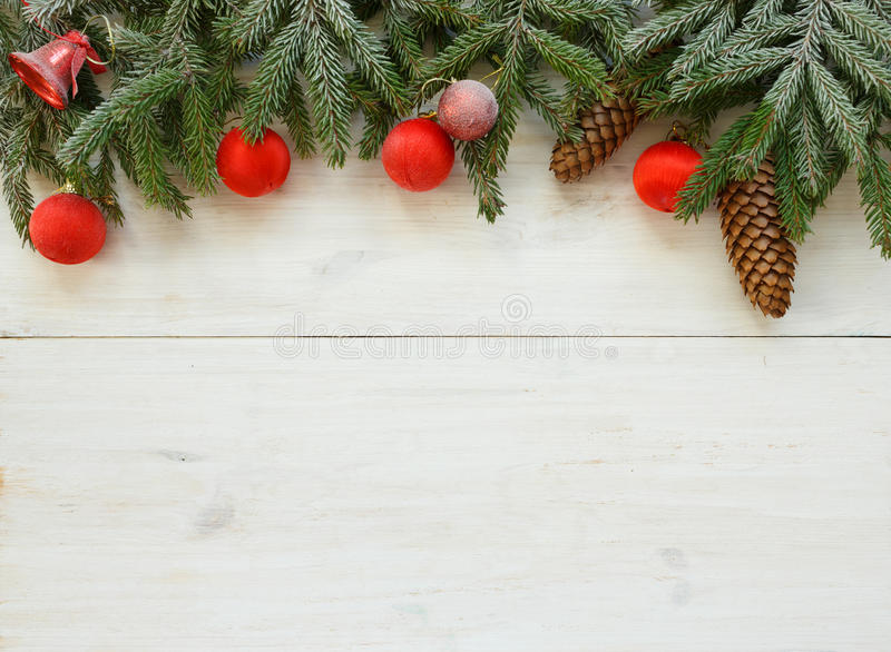 Branches d'arbre de Noël avec les cônes, décorations de Noël sur le whi image stock