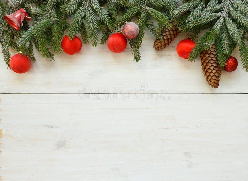 Branches d'arbre de Noël avec les cônes, décorations de Noël sur le whi photo stock