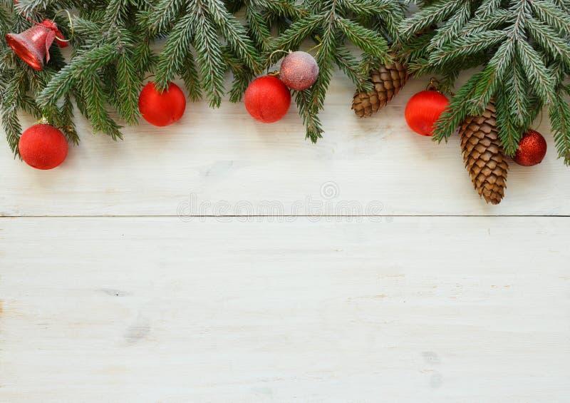 Branches d'arbre de Noël avec les cônes, décorations de Noël sur le whi photo libre de droits
