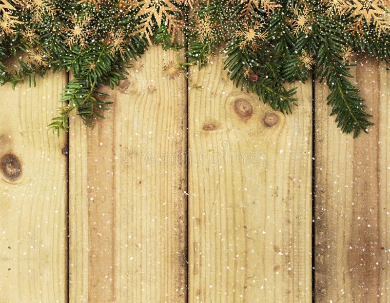 Branches d'arbre de Noël sur le fond en bois avec le recouvrement de neige photo stock