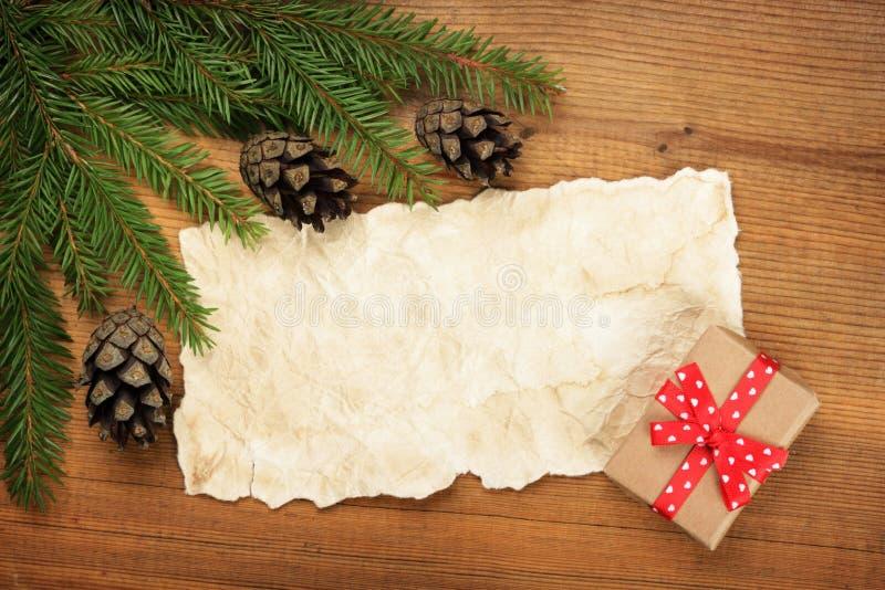 Branches d'arbre de papier de feuille, de Noël et cadeau images libres de droits