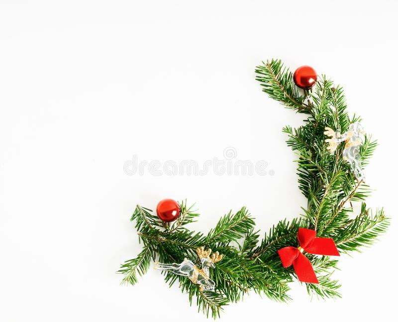 Branches d'arbre naturelles de No?l de configuration d'appartement de vue sup?rieure avec les jouets rouges, l'arc et le cadre en image stock