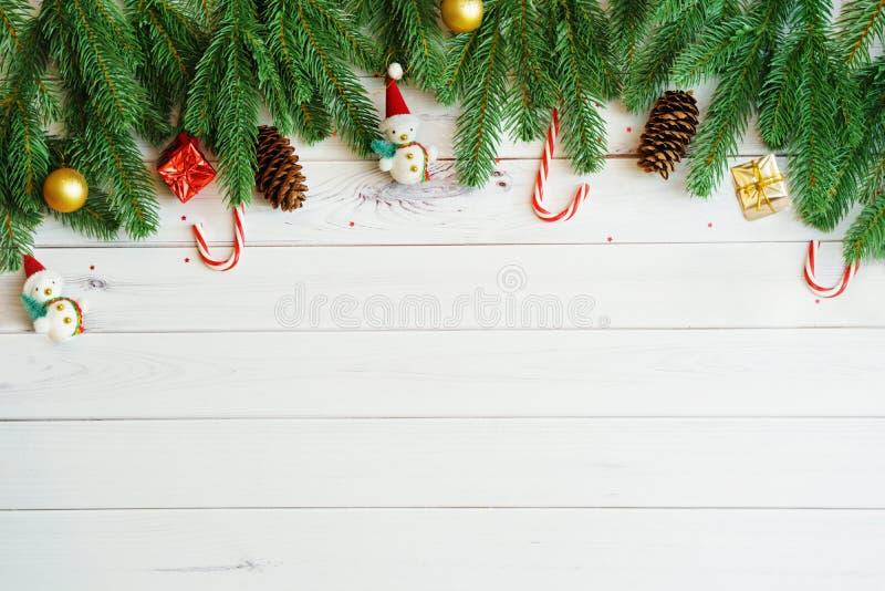 """Branches d'arbre vertes de sapin avec des cônes de pin, lucettes, bonhomme de neige de jouet """" photo stock"""