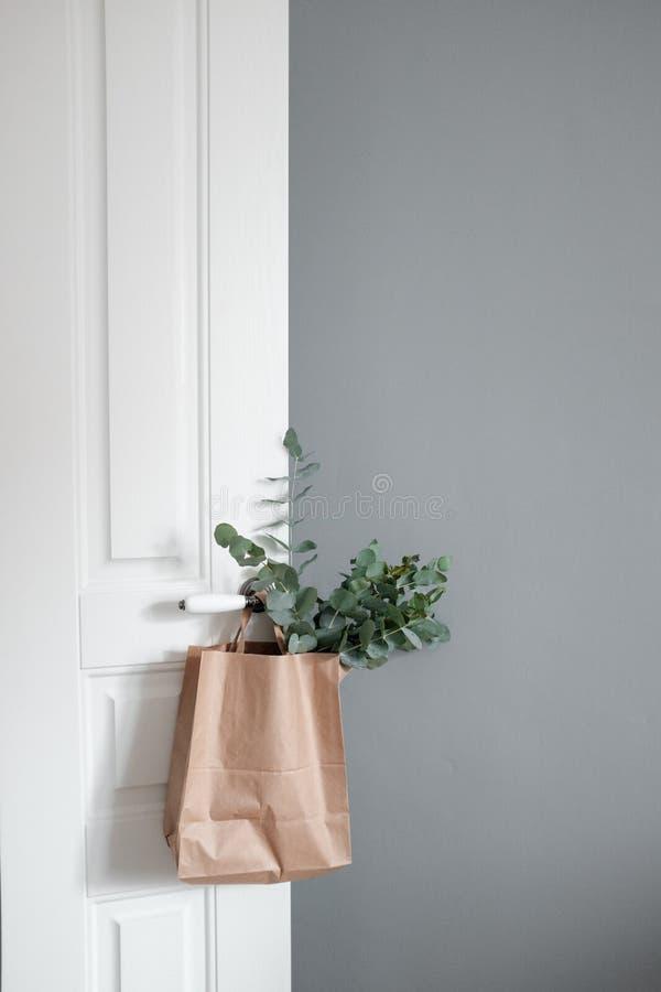 Branches d'eucalyptus dans le paquet de papier d'emballage photo stock