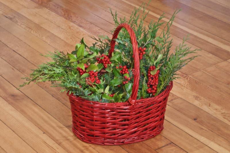 Branches de houx et de cèdre de Noël dans le panier rouge photo libre de droits
