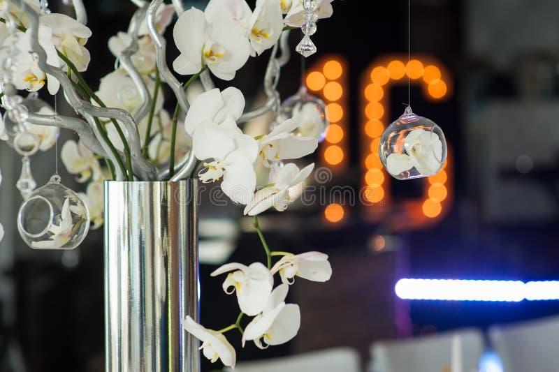 Branches de l'orchidée dans un vase argenté photographie stock libre de droits