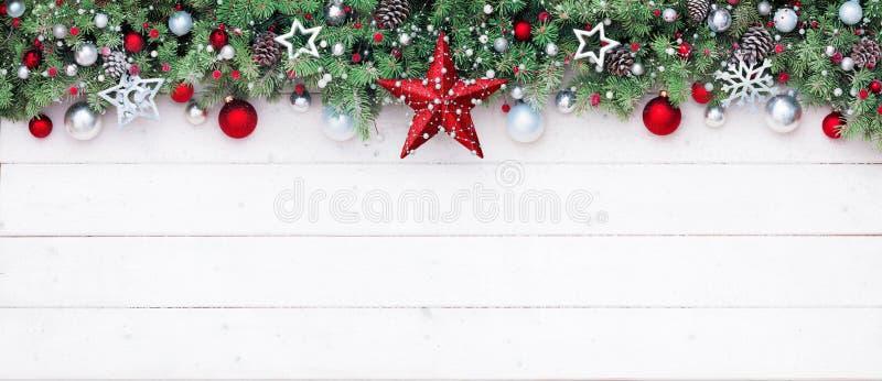 Branches et décoration de sapin sur la planche blanche photographie stock