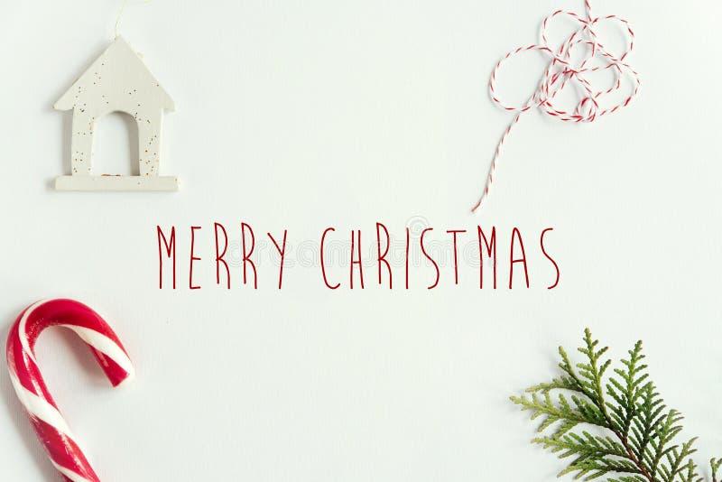 Branches vertes de sapin et jouets et sucrerie étonnants de Noël sur le wh photos libres de droits