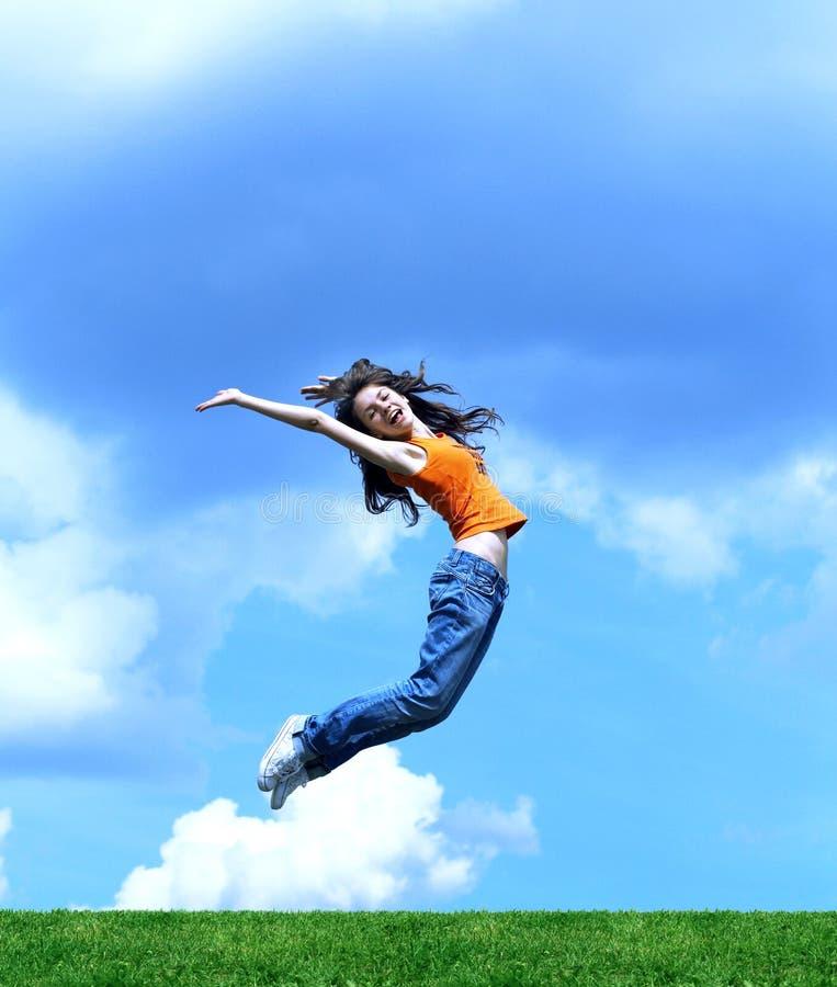 Branchez la fille au-dessus d'une herbe photographie stock libre de droits