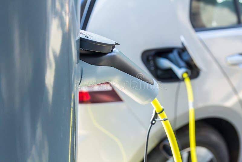 Branchez le point hybride de charge de voiture électrique image stock