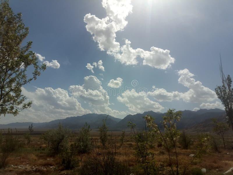 Branco é como as nuvens brancas no céu fotografia de stock royalty free