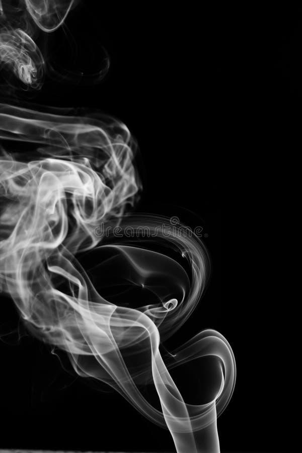 branco de fumo abstrato Fumo branco do pó explosivo no fundo preto foto de stock