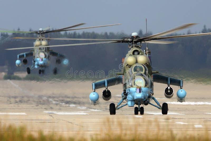 BRANCO de mil. Mi-24 57 da força aérea do russo na base da força aérea de Kubinka foto de stock