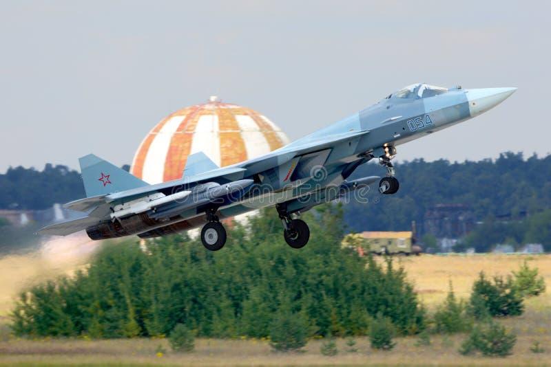 BRANCO de Sukhoi T-50 PAK-FA 054 da força aérea do russo que executa o voo de ensaio com os mísseis em Zhukovsky imagens de stock royalty free