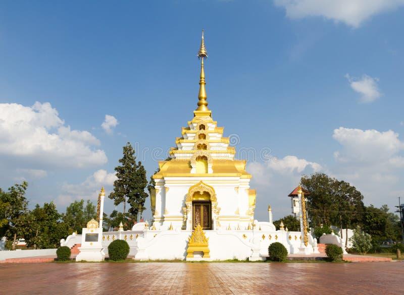 Branco e PAGODE do ouro no fundo do céu no templo foto de stock