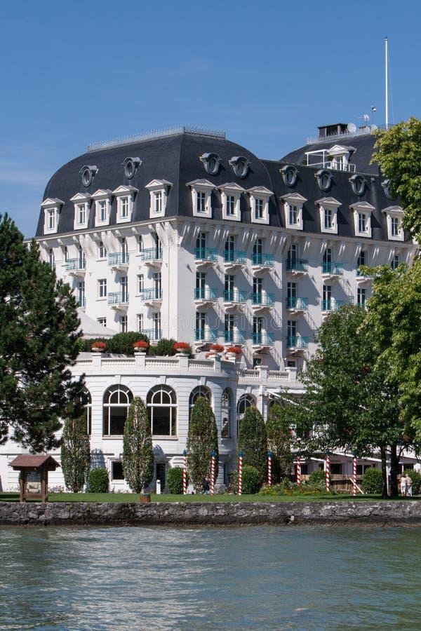 Branco grande da costa da água do lago do hotel do estilo antigo imperial do hotel do palácio fotografia de stock