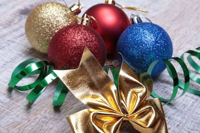 Branco isolado decoração do Natal Caixas de presente vermelhas e douradas com três a bola, ornamento floral Vista superior Compos imagem de stock royalty free