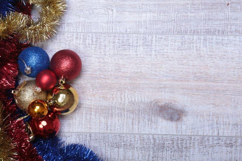 Branco isolado decoração do Natal Caixas de presente vermelhas e douradas com três a bola, ornamento floral Vista superior Compos fotografia de stock royalty free