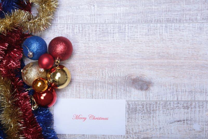 Branco isolado decoração do Natal Caixas de presente vermelhas e douradas com três a bola, ornamento floral Vista superior Compos fotografia de stock